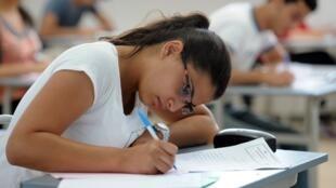 Une jeune tunisienne passe le baccalauréat.