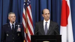 美国驻日大使John Roos 在美国驻日美军司令安吉雷拉陪同下举行新闻发布会。