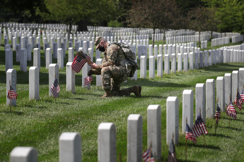 Một cựu chiến binh Mỹ, đeo khẩu trang phòng Covid-19 viếng thăm những chiến sĩ tử trận tại nghĩa trang quốc gia Arlington, Virginia, Hoa Kỳ, ngày 21/05/2020.