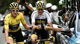 Geraint Thomas (à gauche) et Chris Froome trinquent avec le patron de l'équipe Sky, Dave Brailsford, lors de la 21e étape du Toure de France 2018.