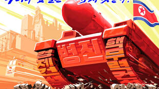 """Áp phích của Bắc Triều Tiên lên án các biện pháp trừng phạt của Hoa Kỳ và các nước thù địch: """"Không gì cản được chúng ta"""", ngày 17/08/2017."""