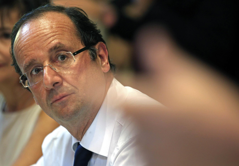 O candidato nas primárias socialistas francesas, François Hollande, aparece em primeiro nas pesquisas.