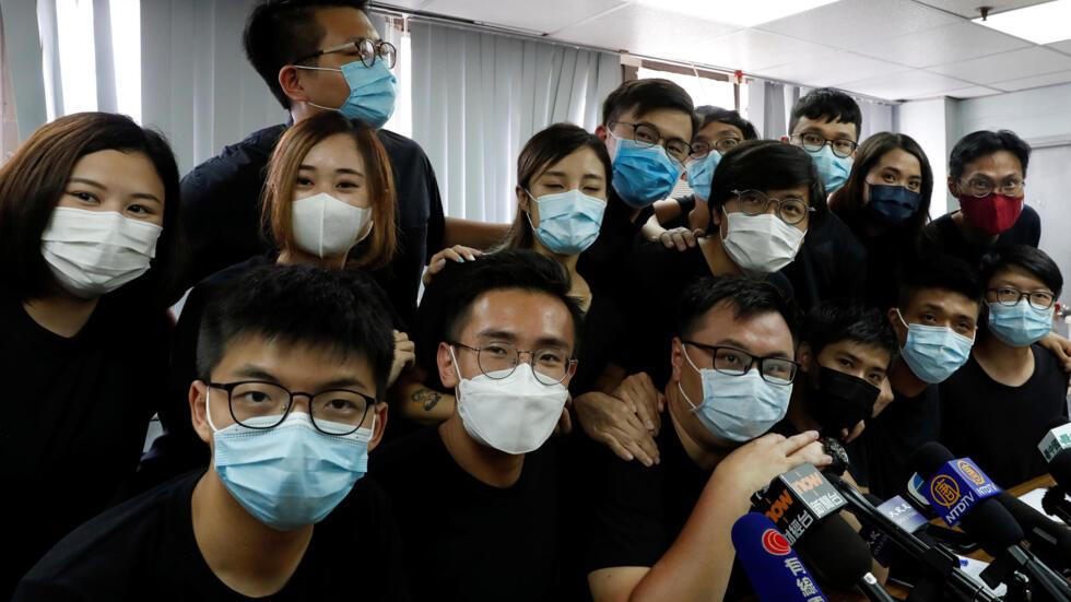 香港2020立法会选举民主派内部初选,黄之锋(前排左一)等多名青年抗争派候选人胜出。胜选者7月15日出席记者会。