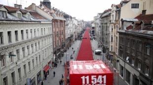 11 541 sièges rouges ont été placés le long de la Rue Titova, à Sarajevo pour marquer le 20e anniversaire du début de la guerre en Bosnie, le 6 avril 2012.