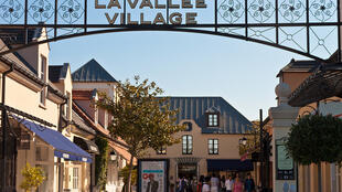 la vallée village 打折購物中心大門