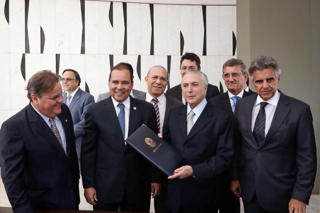 Le vice-président Michel Temer porte le document certifiant ses nouvelles fonctions de président par intérim du Brésil, le 12 mai 2016.