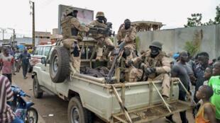Militaires et citoyens maliens rassemblés devant la résidence privée d'Ibrahim Boubacar Keïta, mardi 18 août 2020.