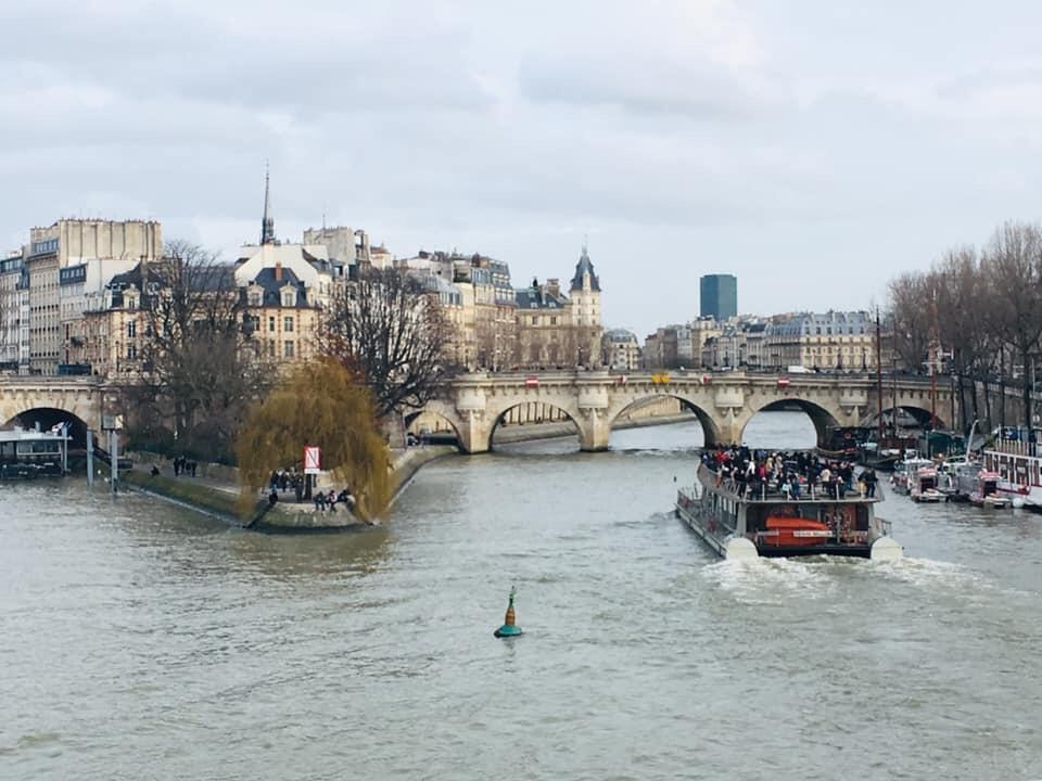 Thấp thoáng những mái nhà phong cách kiến trúc Haussmann. Ảnh chụp từ Pont des Arts, Paris.