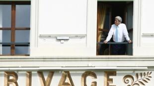 John Kerry apparaît à un balcon de l'hôtel Beau-Rivage à Lausanne, ce 1er avril 2015.