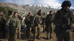 Soldados israelenses patrulham a fronteira com Líbano e Síria, em 30 de março de 2012.