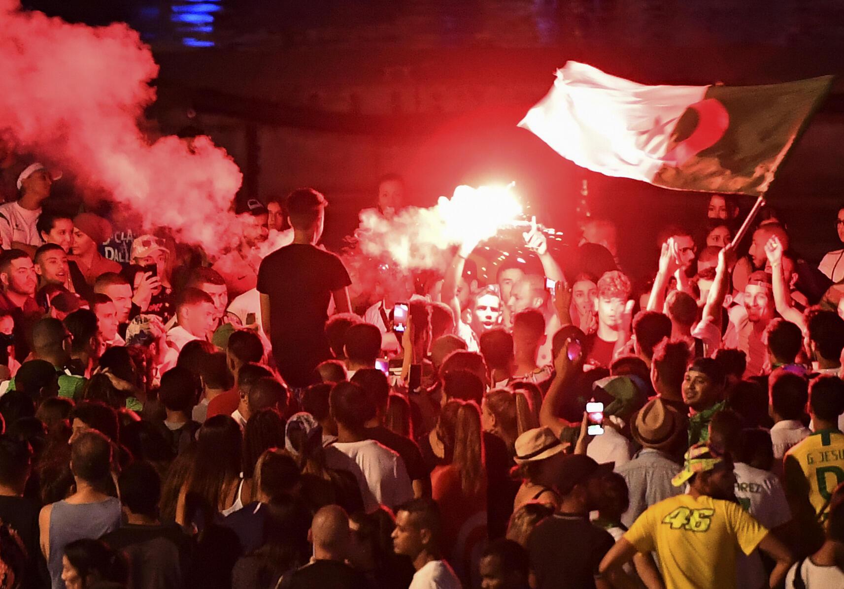 Болельщики сборной Алжира в Марселе вечером 14 июля 2019.