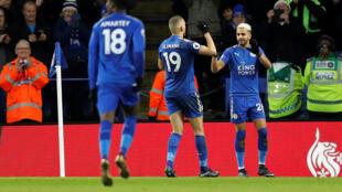 Les Algériens Riyad Mahrez et Islam Slimani célébrent le premier but de Leicester le 1er janvier 2018.
