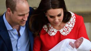 Le prince William et son épouse Kate, duchesse de Cambridge, quittent la maternité de St. Mary avec leur nouveau-né, le 23 avril 2018.