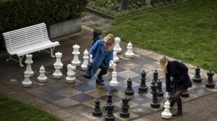 Jornalistas russas jogam jogo de xadrez gigante nos jardins palácio Beau-Rivage em Lausanne, onde aconteceram as negociações sobre programa nuclear iraniano