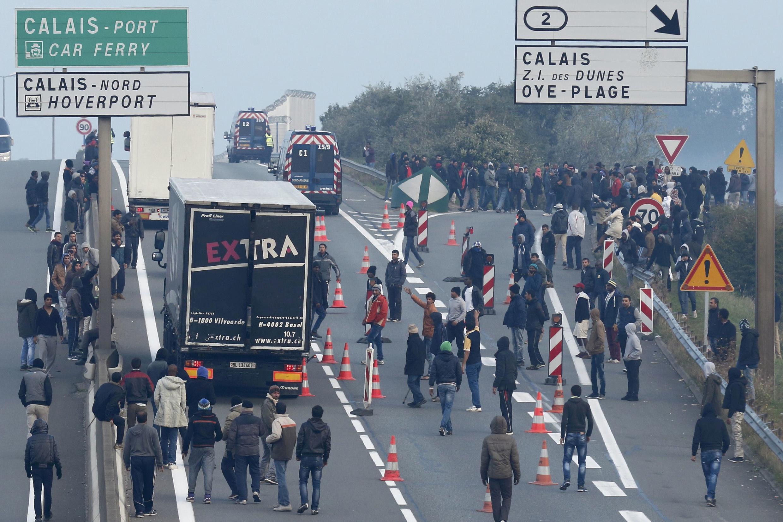 Migrantes ocuparam na manhã deste sábado (3) a estrada que leva ao porto de Calais.