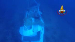 Navio afundado na costa de Lampedusa em foto divulgada pelas autoridades italianas.