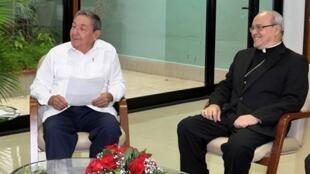 Chủ tịch Cuba (trái) và Hồng y Jaime Ortega, 07/10/2010