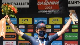 El británico Geraint Thomas, del equipo Ineos, celebra en el podio tras ganar la quinta etapa de la 73ª edición de la carrera ciclista Criterium du Dauphine, de 175 kilómetros entre Saint-Chamond y Saint-Vallier, el 3 de junio de 2021