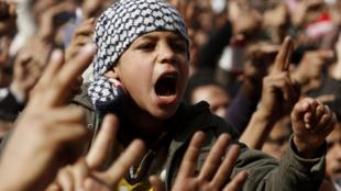 Les manifestants anti-Moubarak continuent de réclamer le départ du président, place Tahrir, au Caire, le 4 février 2011.