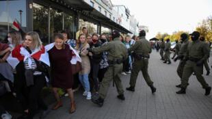 效忠卢卡申科的白俄安全部队抓捕女示威者资料图片
