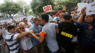 Công an cản trở người dân biểu tình phản đối vụ cá biển ở miền Trung chết hàng loạt do nghi bị ô nhiễm.