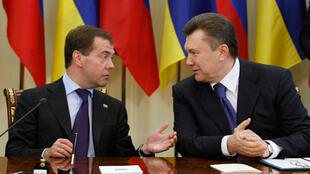 Russian President Dmitri Medvedev (L) meets Ukrainian counterpart Viktor Yanukovych (R) in Kharkiv, Ukraine on 21 April 2010.