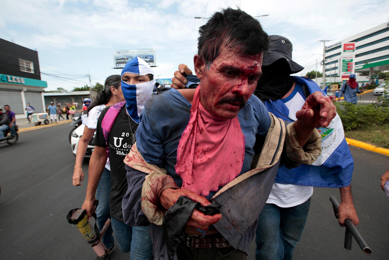 Manifestantes capturan a un hombre sospechado de ser un colaborador del presidente Daniel Ortega, el 30 de junio de 2018 en Managua.