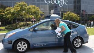 La voiture Google sans conducteur devant le siège social de la société à Montain View, dans l'Etat de Californie.
