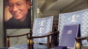 奥斯陆诺贝尔和平奖颁奖现场象征着刘晓波的空椅子以及椅子上的奖章