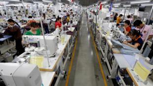 Một nhà máy sản xuất quần áo ở tỉnh Vĩnh Phúc. Ảnh chụp ngày 23/05/2017. Mức tăng của tiêu thụ điện năng vẫn rất cao, nhất để đáp ứng nhu cầu sản xuất.