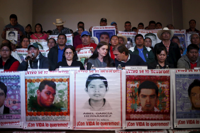 Miembros del equipo argentino de expertos (EAAF), familiares de los estudiantes de Ayotzinapa y representantes de organizaciones defensoras de los derechos humanos durante la presentación a la prensa del informe del EAAF, México, 9 de febrero de 2016.