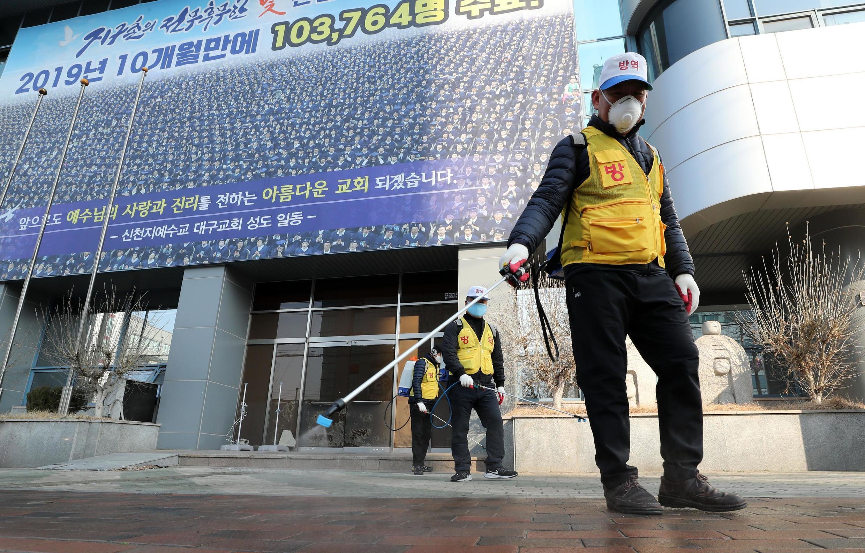 Khử trùng quanh nhà thờ của giáo phái Tân Thiên Địa tại thành phố Daegu, Hàn Quốc, ngày 20/02/2020.
