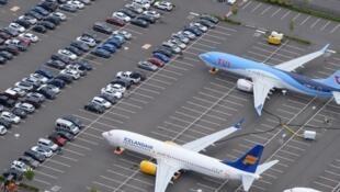Boeing 737 MAX cloués au sol sur un parking à Seattle, États-Unis. Interdit de vol depuis mars 2019 après les crashs des appareils d'Éthiopien Airlines et de Lion Air, qui ont fait au total 346 morts.