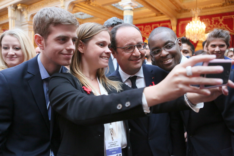"""Os criadores da Cophenol posam em um """"selfie"""" com o presidente francês François Hollande"""