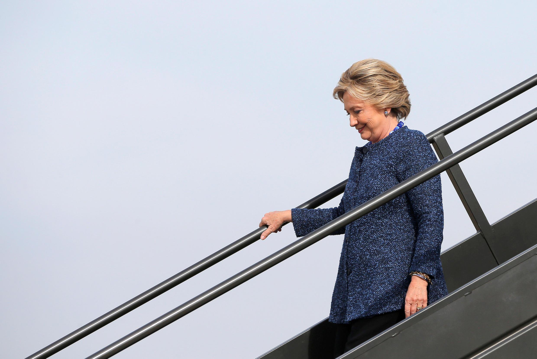 Bà Hillary Clinton, lúc đến sân bay Cedar Rapids, Iowa, ngày 28/10/2016.