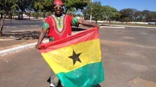 Wani Mutumin Ghana yana rike da Tutar kasar a Brazil
