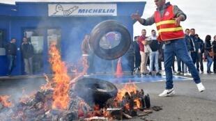 Des salariés de l'usine de La Roche-sur-Yon après l'annonce de la fermeture, le 10 octobre 2019.