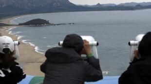 Sul-coreanos vigiam a Coreia do Norte.