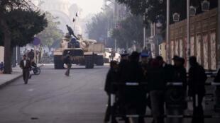 O Exército enviou tanques às ruas próximas do palácio presidencial, neste sábado, no Cairo.