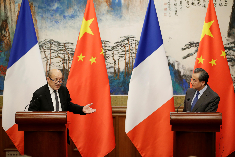 Le ministre français des Affaires étrangères Jean-Yves le Drian et son homologue chinois Wang Yi, lors d'une conférence de presse à Pékin, le 24 novembre 2017.