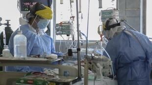 Le personnel soignant au chevet d'enfants infectés au Covid-19, à l'hôpital Felipe Urriola à Iquitos, au Pérou, le 8 juillet 2020.