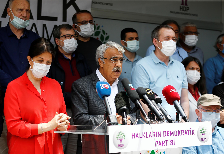 Justiça pondera extinção do partido curdo HDP.