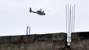 Un hélicoptère de l'opération Licorne au-dessus de la résidence de Laurent Gbagbo