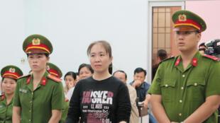 Blogger Nguyễn Ngọc Như Quỳnh (áo đen) trong phiên xử phúc thẩm tại Nha Trang ngày 30/11/2017.