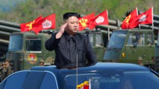 Líder norte-coreano Kim Jong-Un inspeciona exercícios de artilharia em 25 de abril de 2017.