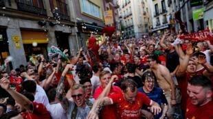 Cổ động viên các đội bóng Anh - Tottenham và Liverpool đổ về thủ đô Madrid, Tây Ban Nha ủng hộ trận chung kết giữa hai đội ngày 01/06/2019.