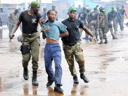 Le 28 septembre 2009, le rassemblement de l'opposition au grand stade de Conakry est réprimé dans le sang par l'armée.