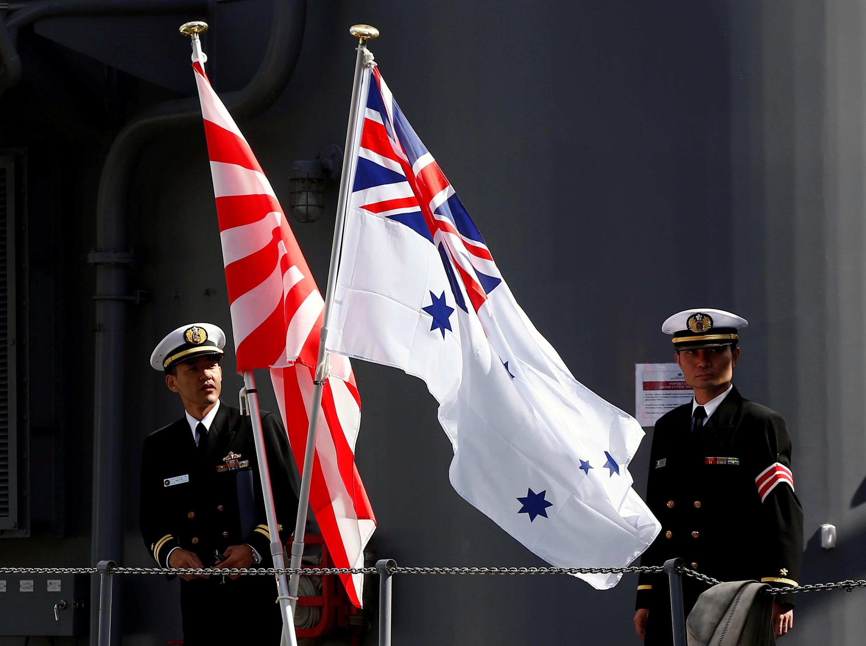 Ảnh tư liệu: Cờ Hải Quân Nhật Bản (T) và Úc trên chiến hạm Nhật Umigiri ngày 19/04/2016 tại căn cứ hải quân Úc Garden Island (Sydney - Úc). Hải Quân Úc và Nhật Bản thường xuyên tập trận với nhau.