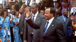 Paul Biya saluant ses supporters à l'ouverture du congrès du RDPC à Yaoundé le 15 septembre 2011.
