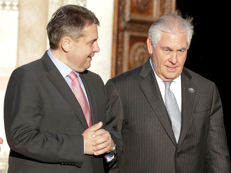 Ngoại trưởng Mỹ Rex Tillerson (P) và đồng nhiệm Đức Sigmar Gabriel tại cuộc họp ở Ý, ngày 10/04/2017.